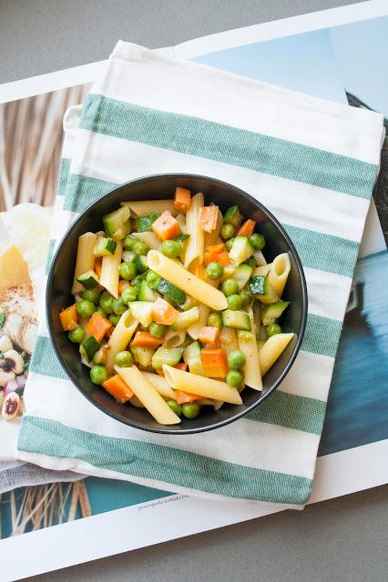Pasta con piselli, carote e zucchine