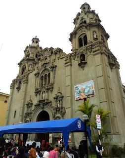 Fachada da Iglesia de la Virgem Milagrosa, em Miraflores, Lima