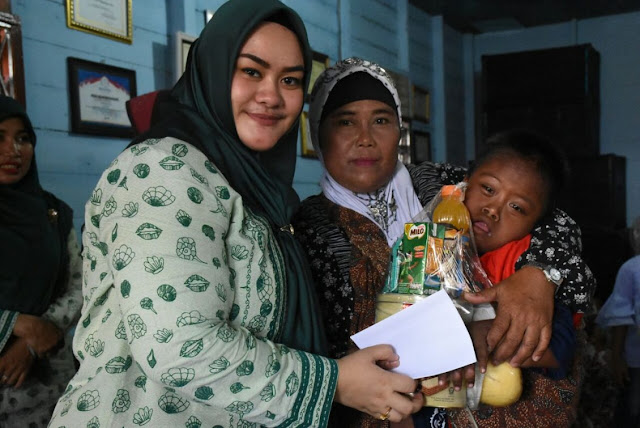 Wakil Sekretaris Tim PKK Tanjungbalai Chairunnisa Asmui Rasyid memberikan bantuan.