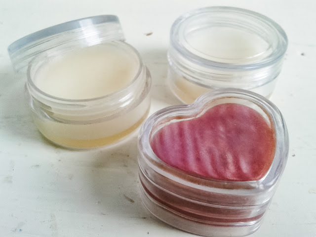 A super simple DIY peppermint lip balm recipe. All you need are 3 ingredients. Even better, it's all natural and super easy to make!