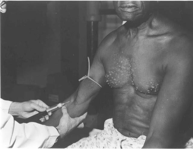 Homem recebendo vacina