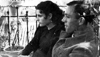 Miguel Hernández junto a su esposa, Josefina, en Jaén.
