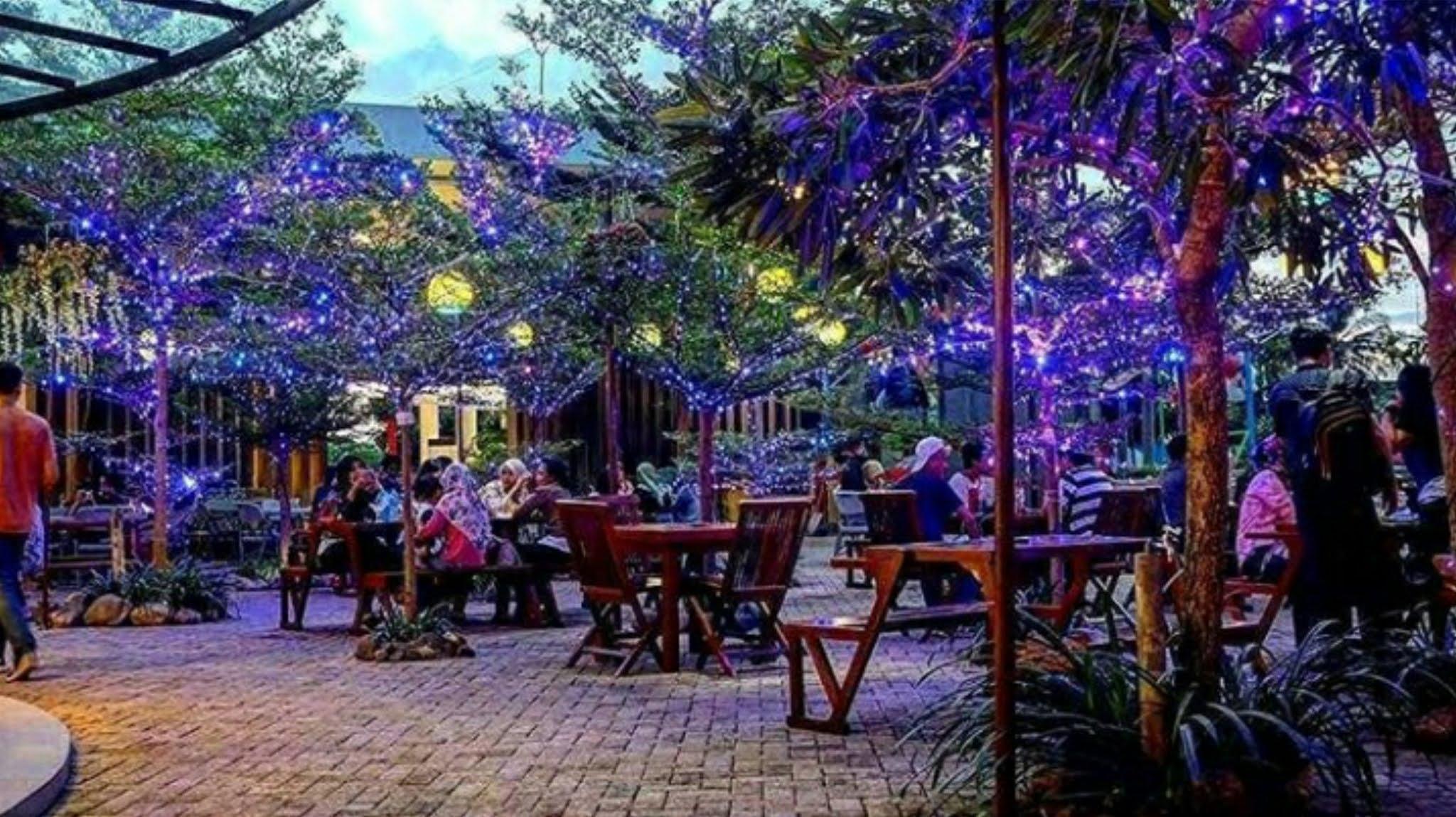 Food Court live musik dan taman di lampung walk