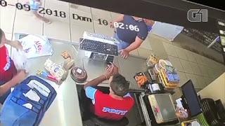Vídeo mostra momento em que homem é atingido por bala perdida em supermercado; veja
