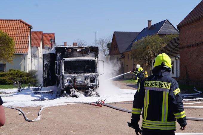 20.000 Euro Schaden: Lastwagen brennt in Göttnitz aus