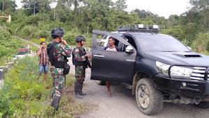 Satgas Yonif 300/Bjw Lakukan Pemeriksaan di Pintu Lintas Batas RI-PNG