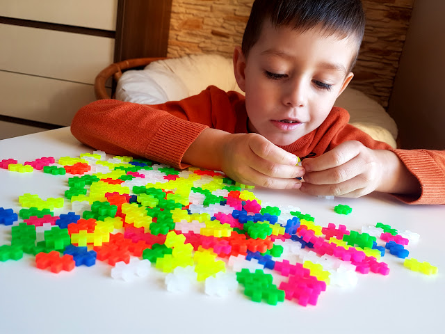 klocki Plus Plus Mini Neon 220 recenzja - najlepsze klocki dla dziecka -Mokopico.pl - prezent dla dziecka na święta - prezentownik - Mikołajki - klocki konstrukcyjne