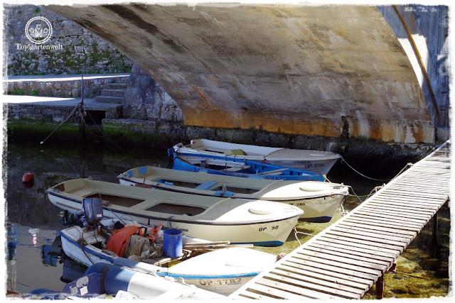 Gartenblog Topfgartenwelt Kroatien: Boote unter einer Brücke in Icici