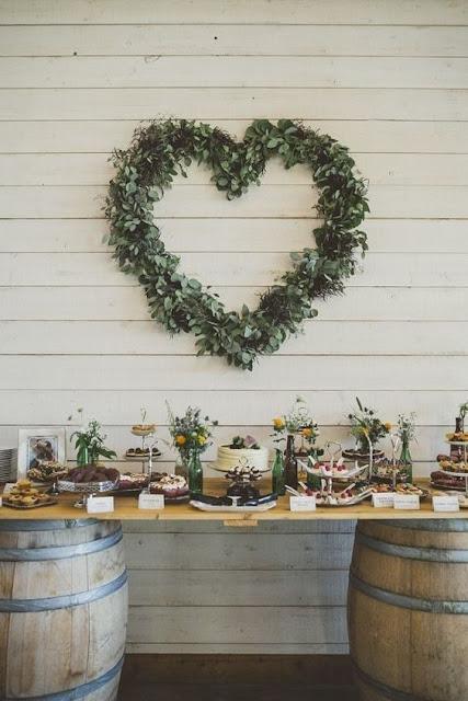 Mesa de dulces de estilo rústico con decoración vegetal
