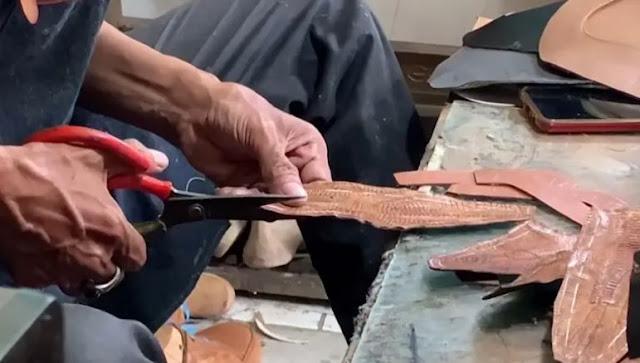 أرجل الدجاج تُستخدم في تصنيع الأحذية بـ إندونيسيا.. فيديو وصور