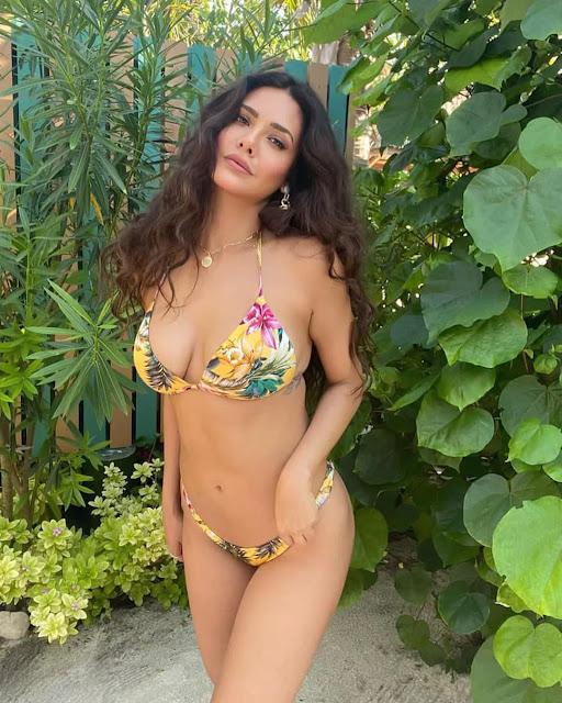 esha-gupta-turns-up-the-heat-in-floral-bikini