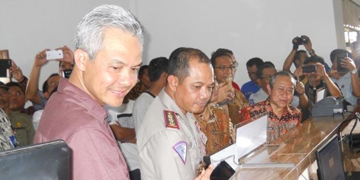 Gubernur Jawa Tengah Ganjar Pranowo usai melaunching Kantor Samsat Pelayanan Administrasi Terpadu Kecamatan (Paten) yang terletak di komplek Kecamatan Kutoarjo, Kabupaten Purworejo.