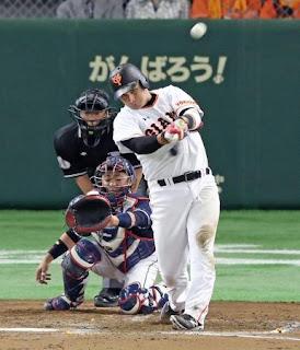 3回裏巨人1死一、二塁、クルーズは左越え3点本塁打を放つ(撮影・松本俊)