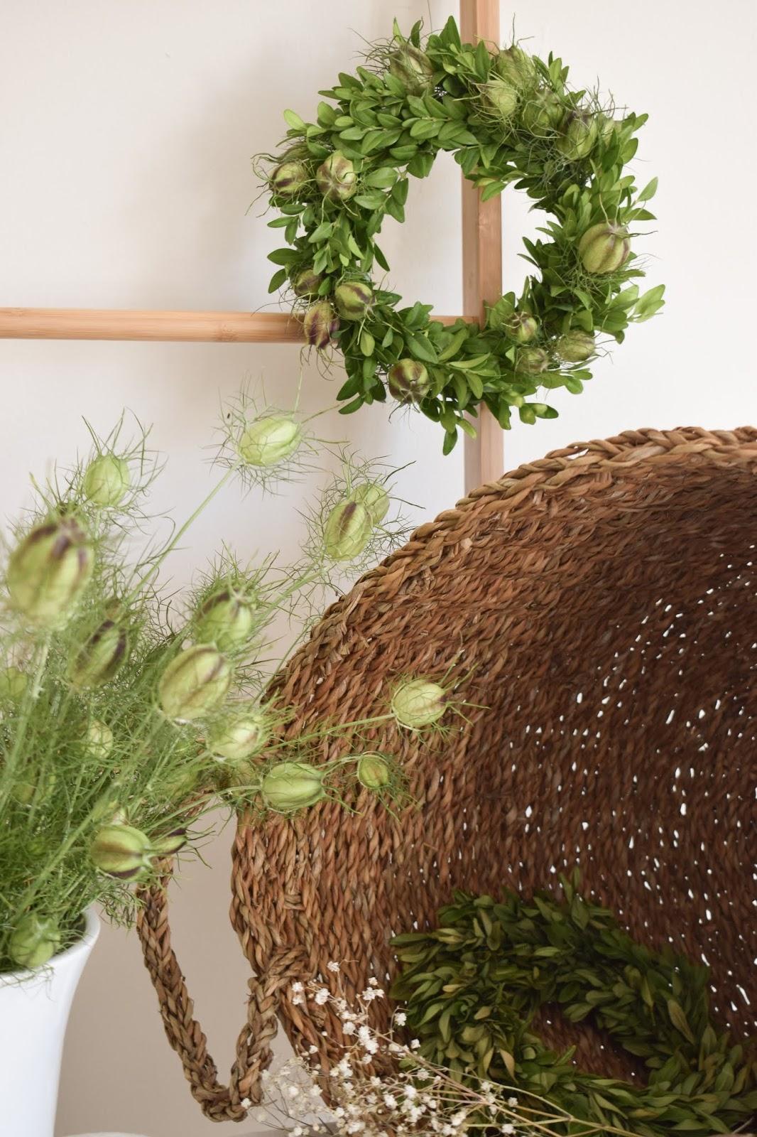 DIY Anleitung Kranz für den Sommer aus Buchs und Samenkapseln der Jungfer im Grünen. Selber machen Naturdeko natürlich dekorieren