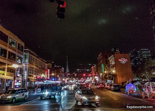 Broadway, a rua dos bares e da música em Nashville, Tenessi