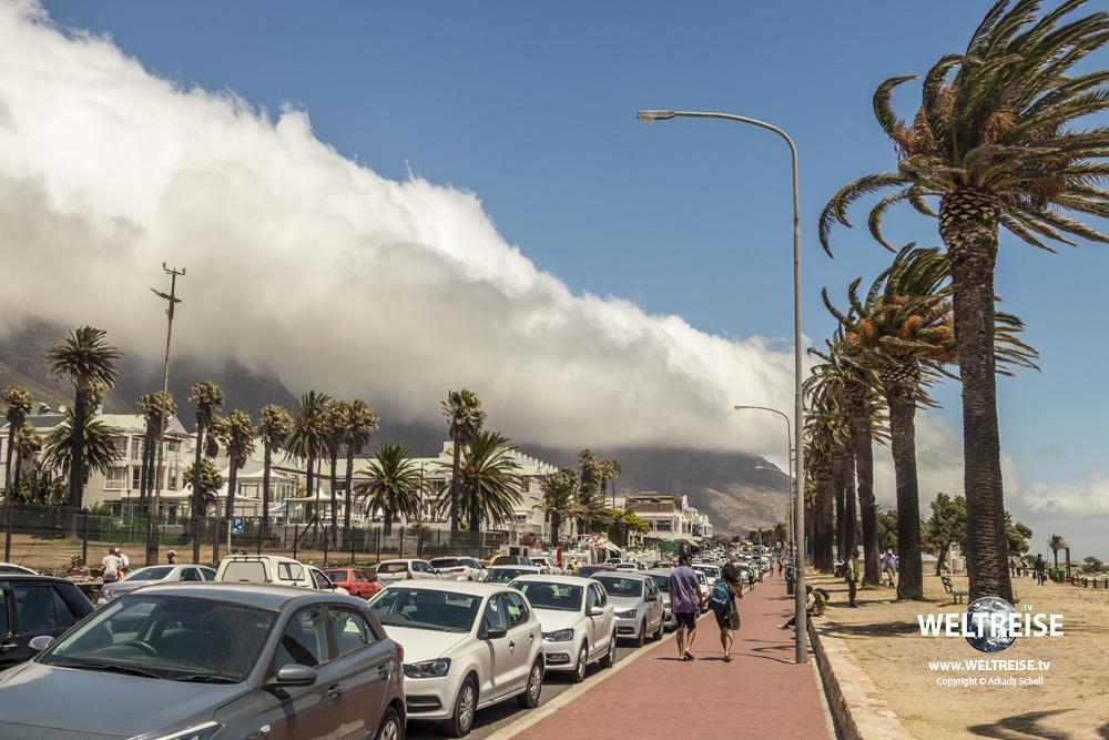 Wind und Wolken über dem Tafelberg in Camps Bay, Kapstadt, Südafrika.