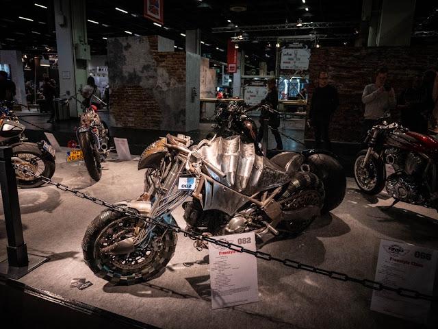 La fábrica de motos Raw, de Italia, es responsable de la pesadilla mencionada. Llamada Apophis 99942, tiene un motor Ducati 695 relativamente amigable, pero se convierte en un armadillo alienígena de chapa de hierro en el tanque. Las ruedas cuentan con neumáticos que se han clavado casi 2000 veces. Retroceda lentamente, ese es nuestro consejo.