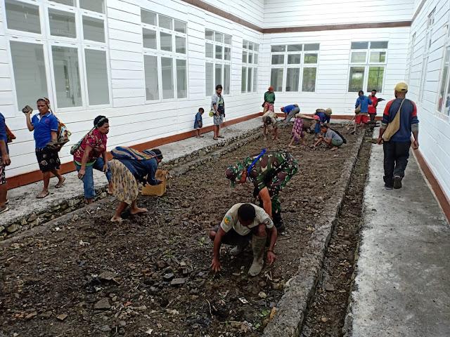 Bersama Warga Distrik Okbibab, Satgas Yonif 725 Bersihkan Puskesmas