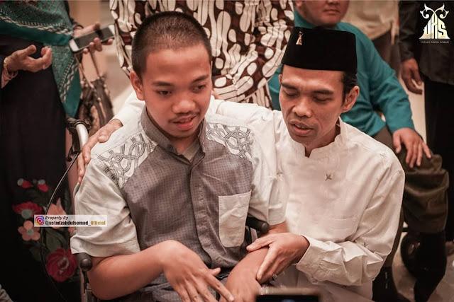 Ustadz Abdul Somad Didoakan Pemuda Cacat Hafal Qur'an
