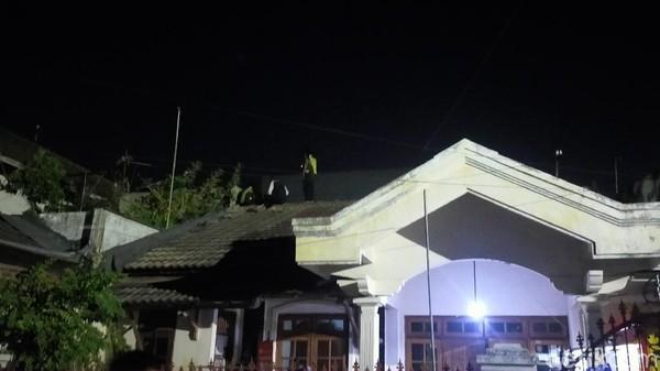 Ada Orang Diduga Maling Melompat-lompat di Atap Rumah Warga Surabaya