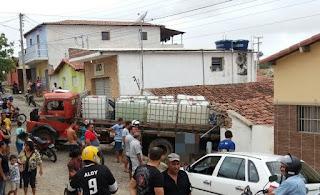 Caminhão desgovernado destrói frente de residência em Picuí