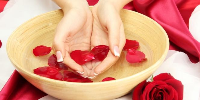 Manfaat Air Mawar Untuk Membersihkan Wajah