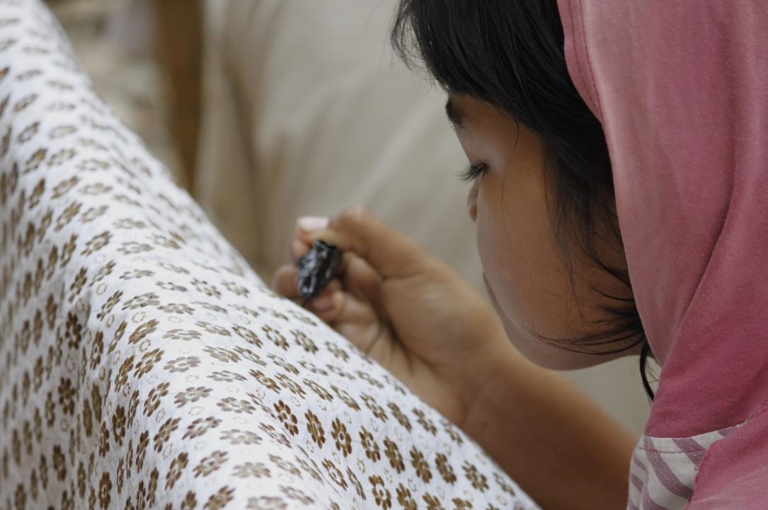 seorang anak belajar batik tulis