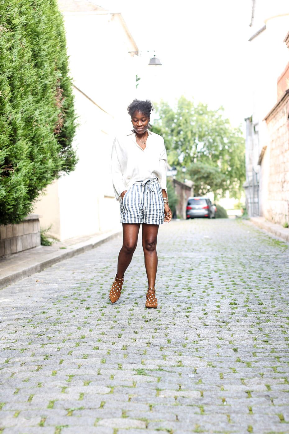 blogueuse-chic-avec-un-short-en-lin-une-chemise-et-des-bottines