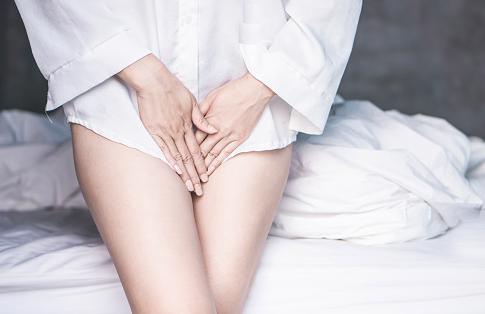 """Penyakit Infeksi Bakteri Vagina Pada Wanita Pengertian Infeksi Bakteri Vagina Infeksi bakteri vagina adalah penyakit dimana jumlah bakteri dalam vagina melebihi batas normal. Bakteri yang berlebihan di dalam vagina bisa menyebabkan iritasi, peradangan, bau (setelah berhubungan seks), dan gejala lainnya. Uretra, kandung kemih, dan kulit area kelamin dapat juga terpengaruh.  Tanda dan Gejala Infeksi Bakteri Vagina Gejala dari infeksi bakteri vagina adalah dengan sebagai berikut : Terasa gatal dan iritasi di vulva dan vagina Vagina bau (bau semakin parah setelah berhubungan seks) Leukorea sangat sedikit dan biasanya berwarna putih Terasa sakit saat berhubungan seks Disuria Kulit di sekitar vulva jadi meradang dan kemerahan  Penyebab Infeksi Bakteri Vagina Ketidakseimbangan bakteri di dalam vagina adalah penyebab infeksi bakteri vagina. Biasanya bakteri yang menguntungkan (lactobacilli) akan membanjiri jumlah bakteri yang berbahaya (anaerob) di vagina. Jika jumlah bakteri berbahaya bertambah terlalu banyak akan mengganggu keseimbangan dan jumlah bakteri yang menguntungkan akan berkurang, karena itu akan menyebabkan infeksi bakteri vagina. Penyebab ketidakseimbangan jumlah bakteri di vagina diantaranya adalah : Reaksi terhadap antibiotik Alat intrauterine Seks yang tidak aman Semprotan air  Faktor Risiko Infeksi Bakteri Vagina Faktor risiko dari infeksi bakteri vagina adalah sebagai berikut ini : Obesitas Kehamilan Pil KB Pengobatan yang lama dengan obat steroid Cuaca panas Kekurangan bakteri yang menguntungkan (lactobacilli) Kurang bersih Diabetes Kurang daya tahan   Nah itu dia bahasan dari penyakit infeksi bakteri vagina pada wanita, melalui bahasan di atas bisa diketahui mengenai pengertian, gejala, dan penyebab dari penyakit ini. Mungkin hanya itu yang bisa disampaikan di dalam artikel ini, mohon maaf bila terjadi kesalahan di dalam penulisan, terimakasih telah membaca artikel ini.""""God Bless and Protect Us"""""""