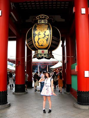 Magiiical Kitty devant la porAsakusa, Tokyo.