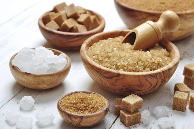 السكر الأبيض والسكر البني ، ما الفرق بينهما؟