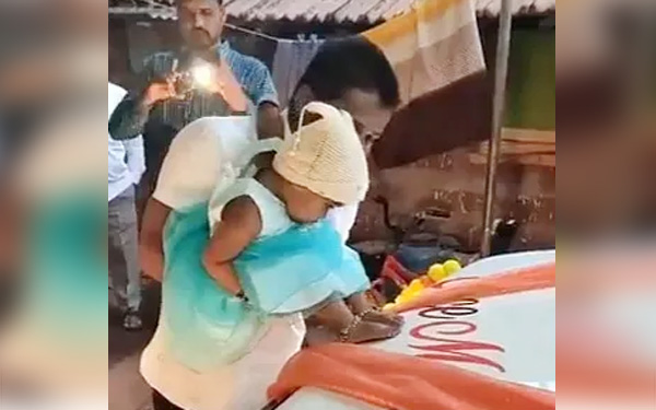 Mumbai, News, National, Father, Daughter, Social Network, Twitter, Video, Man's act to put footmarks of daughter on car earns praise from social media users