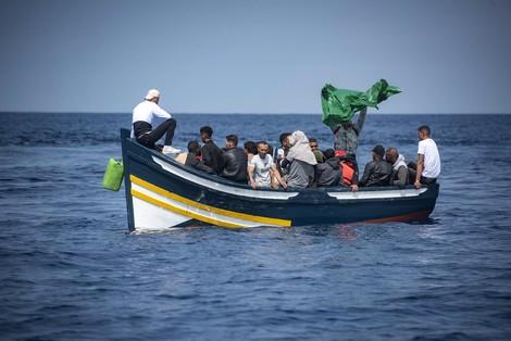 """فيروس """"كورونا"""" يدفع شبانا إلى """"الحريڭ"""" من إسبانيا نحو المغرب"""