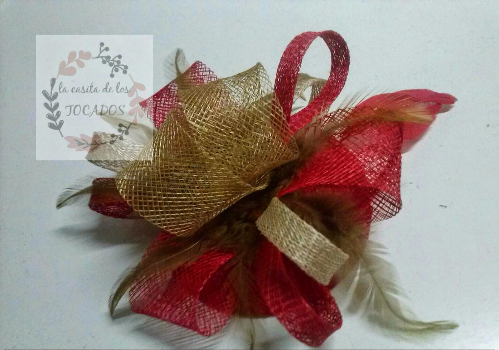 tocado para boda en colores rojo, beige y dorado con sinamay y plumas sobre casquete de 11 cm de diámetro