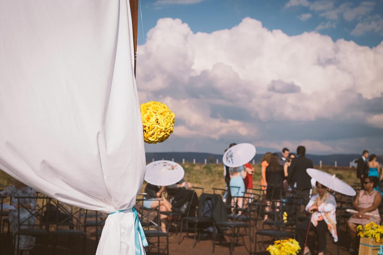 cerimonia-serra-rola-moca-convidados-sombrinhas-1