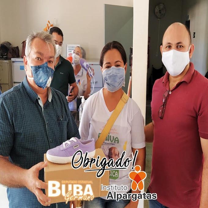 Frei Martinho entrega calçados doados pelo Instituto Alpargatas