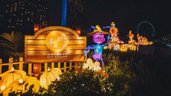 take a stroll through the outdoor gardens where sprawling lantern sets bring to life scenes of bountiful harvests and abundance