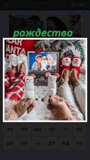 несколько предметов для рождества и поздравительные открытки с фотографиями