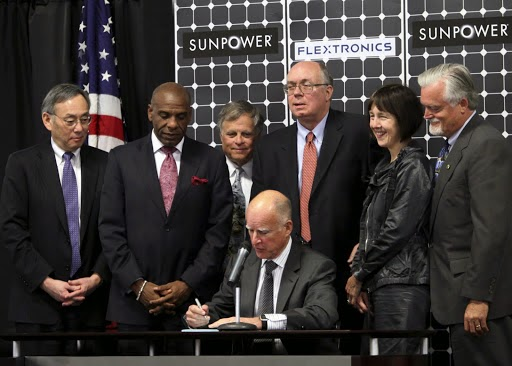 Governor Brown signs SB 2X—the bill that set California's 33% RPS goal—as clean energy supporters, including Energy Secretary Steven Chu, State Assemblymember Nancy Skinner and the bill's author, State Senator Joe Simitian, look on.