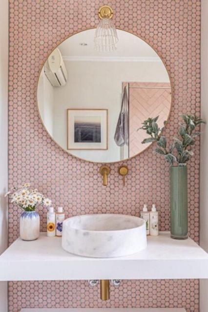 decoração banheiro rosa espelho redondo