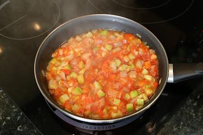 Preparación de merluza con verduritas y langostinos