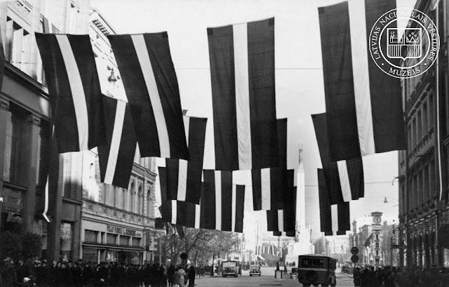 Kaļķu iela Rīgā valsts svētku rotā. 1938. gada 18. novembris. Fotogrāfs nezināms. LNVM krājums