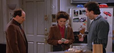 Incrédulos, George (Jason Alexander) e Jerry (Jerry Seinfeld) observam Elaine pagar aposta