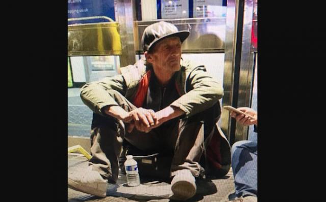 Детей обрызгали кислотой прямо на улице, и им пришел на помощь только бездомный