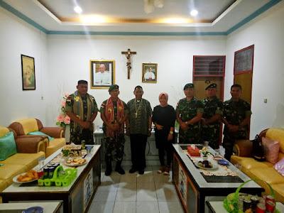 Minta Doa Restu Dalam Menjaga Perbatasan, Satgas Yonif Raider 142/KJ Silaturahmi ke Uskup Dominikus Saku
