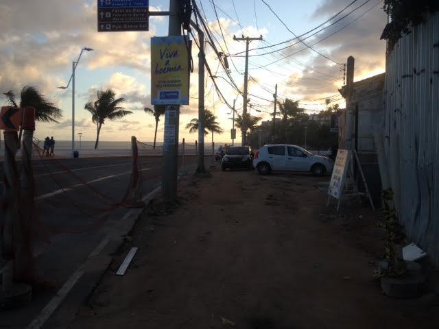 Pedestres que usam trecho do passeio em obras precisam de ajudada para atravessar