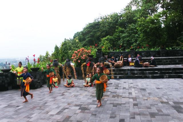 Panduan Lengkap Wisata Candi Ratu Boko, Yogyakarta - Tarian Tradisional Gejug Lesung di Candi Ratu Boko, Yogyakarta