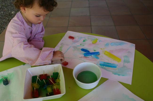 actividades y juegos refrescantes para niños aire libre, pintar hielo