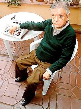 Foto de Washington Delgado posando con su máquina de escribir