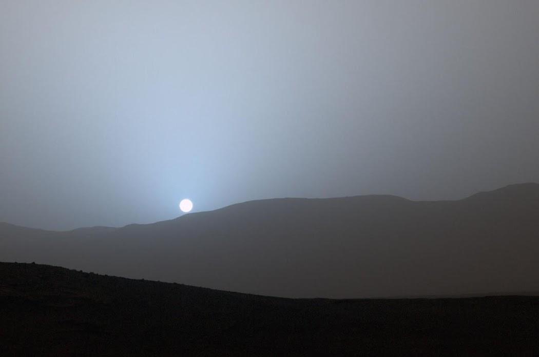 Tàu Curiosity chụp lại cảnh tượng hoàng hôn vào cuối sol 956, nhằm ngày 15 tháng 4 năm 2015 của Trái Đất, từ một địa điểm thuộc Hố va chạm Gale trên Sao Hỏa. Hình ảnh: JPL-Caltech/MSSS/NASA.